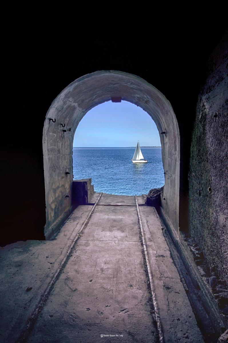 rampe-canon-fort-des-capucins-et-voilier, à l'intérieur du fort des Capucins, Roscanvel, îlot du Capucin, Bretagne, Finistère