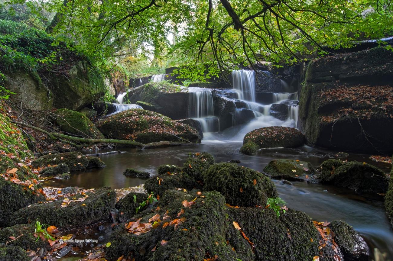 cascade-de-saint-herbot-premier-plan-, pose longue, automne