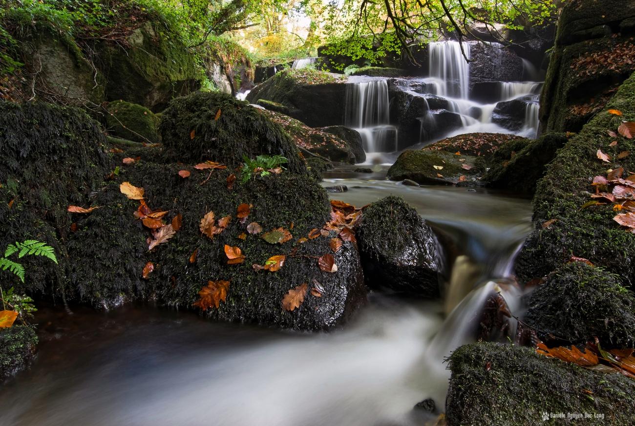 cascade-st-herbot-trepied-dans-leau-, pose longue, automne,