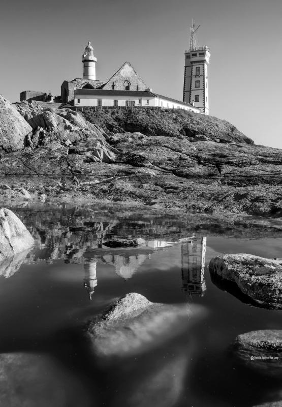 phare-st-mathieu-reflet-trou-deau- monochrome, Pointe Saint-Mathieu, Bretagne, Finistère