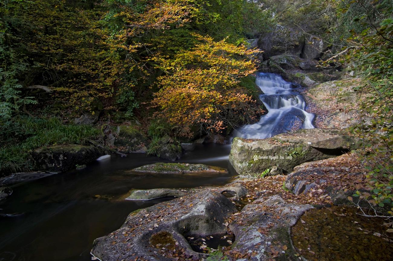 cascade-st-herbot-autre-versant-arbre-dautomne-copie