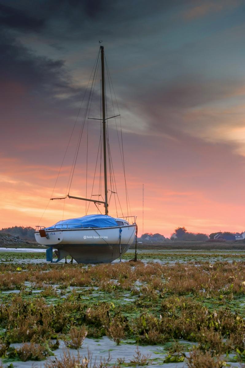 lever-de-soleil-en-baie-de-guisseny-sur-voilier-bleu-copie