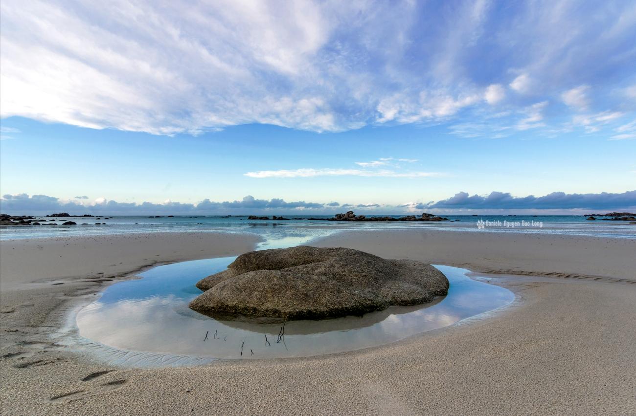 fin-du-jour-plage-de-kerlouan-rocher-entoure-deau-copie