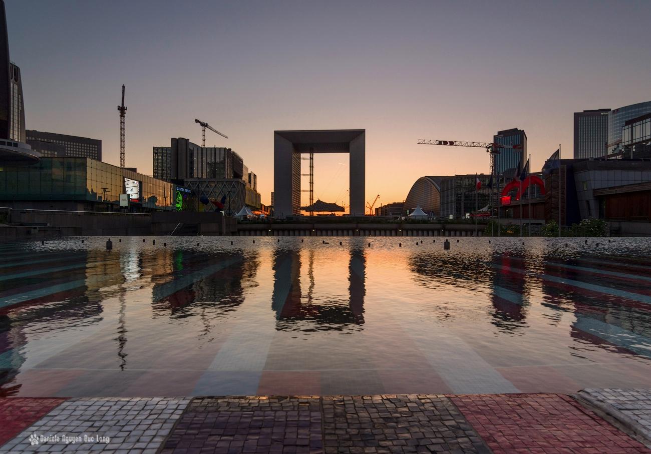 coucher de soleil sur l'Arche de la Défense, reflets fontaine Agam