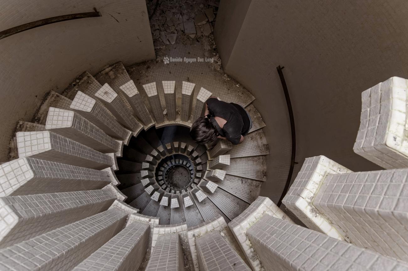 manoir Colimaçon, urbex, exploration urbaine, escalier du manoir Colimaçon,Sophie escalier colimaçon