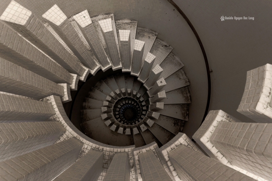 manoir colimaçon vue plongeante escalier 04 copie