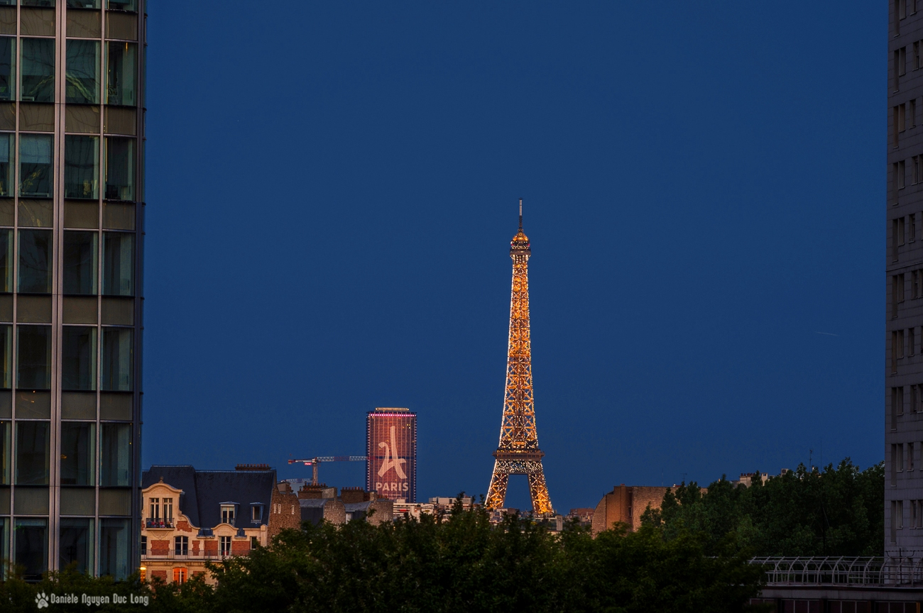 Tour Eiffel illuminée depuis le parvis de la Défense