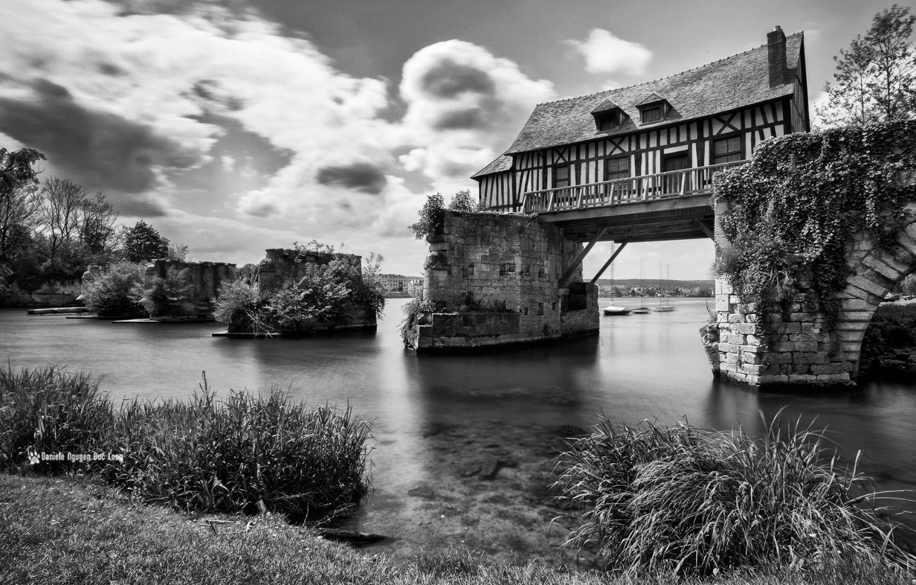 Le Vieux-Moulin de Vernon, à colombages, pont sur la Seine, Vernon, Eure,