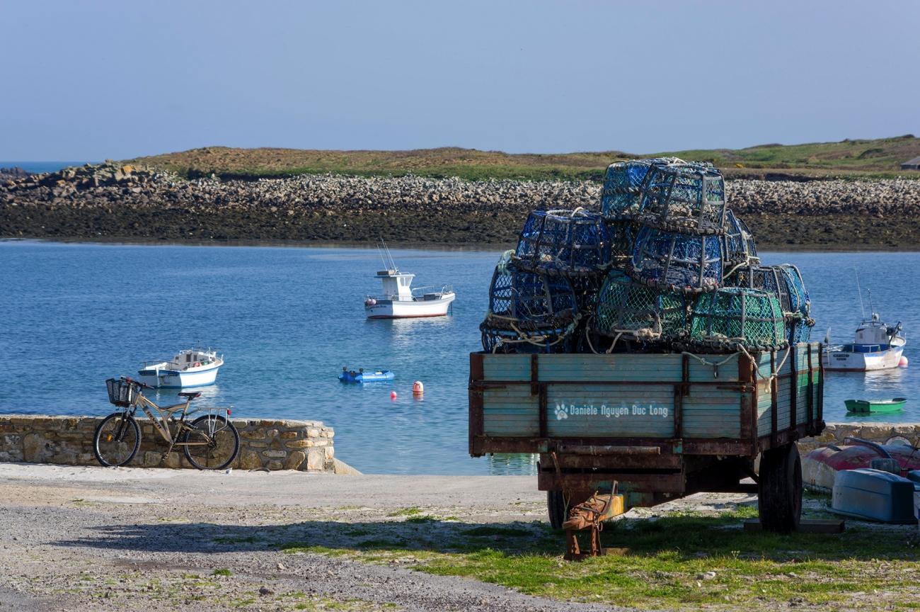 remorque avec casiers à crustacés au port de Molène
