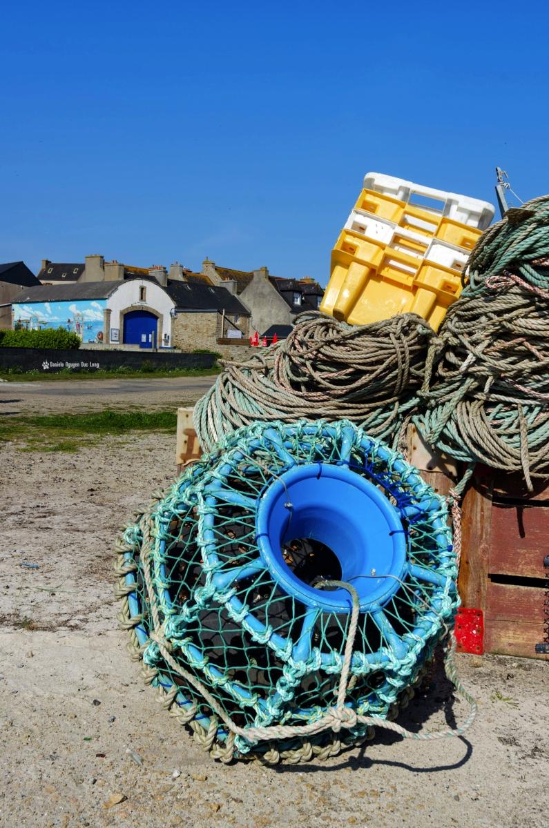 casier, caisses, cordes sur le port de Molène
