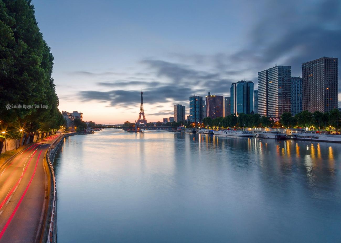lever du jour sur la Tour Eiffel et le quartier Beaugrenelle depuis le pont Mirabeau