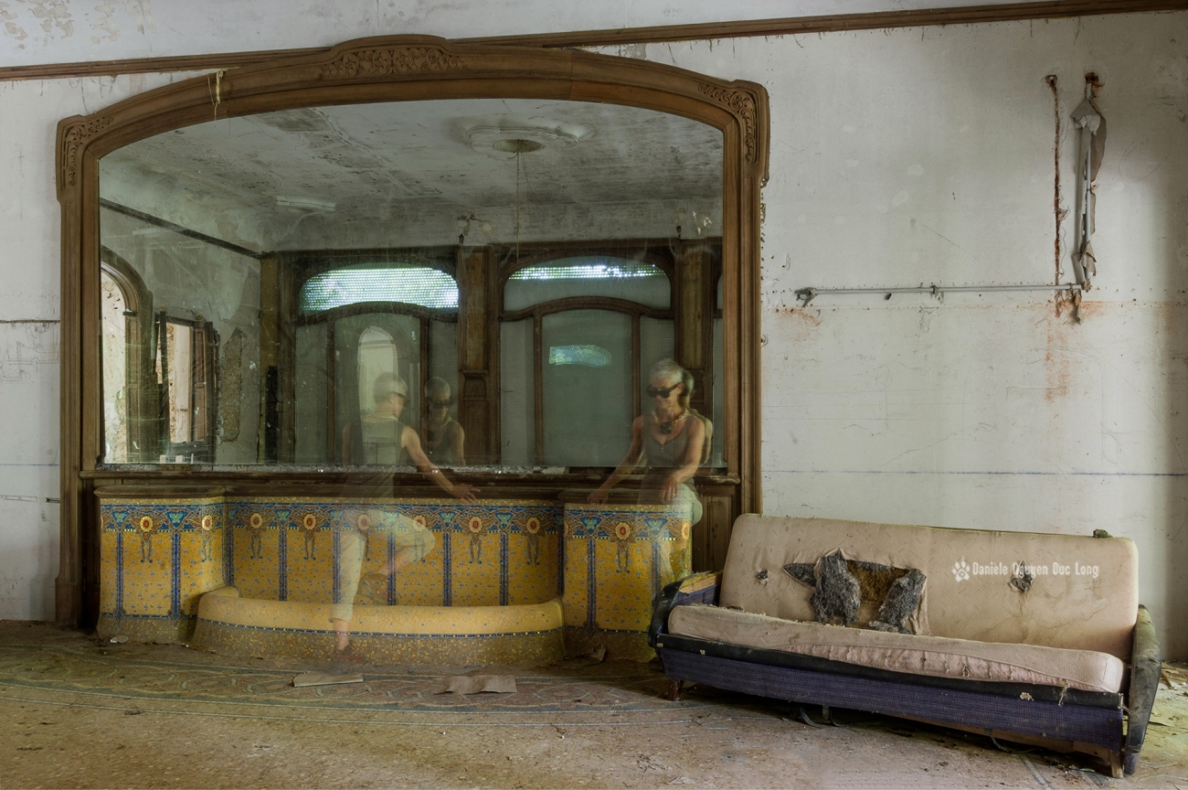 salon et son miroir et les mosaïques au manoir colimaçon, autoportrait, Manoir Colimaçon, urbex, exploration urbaine