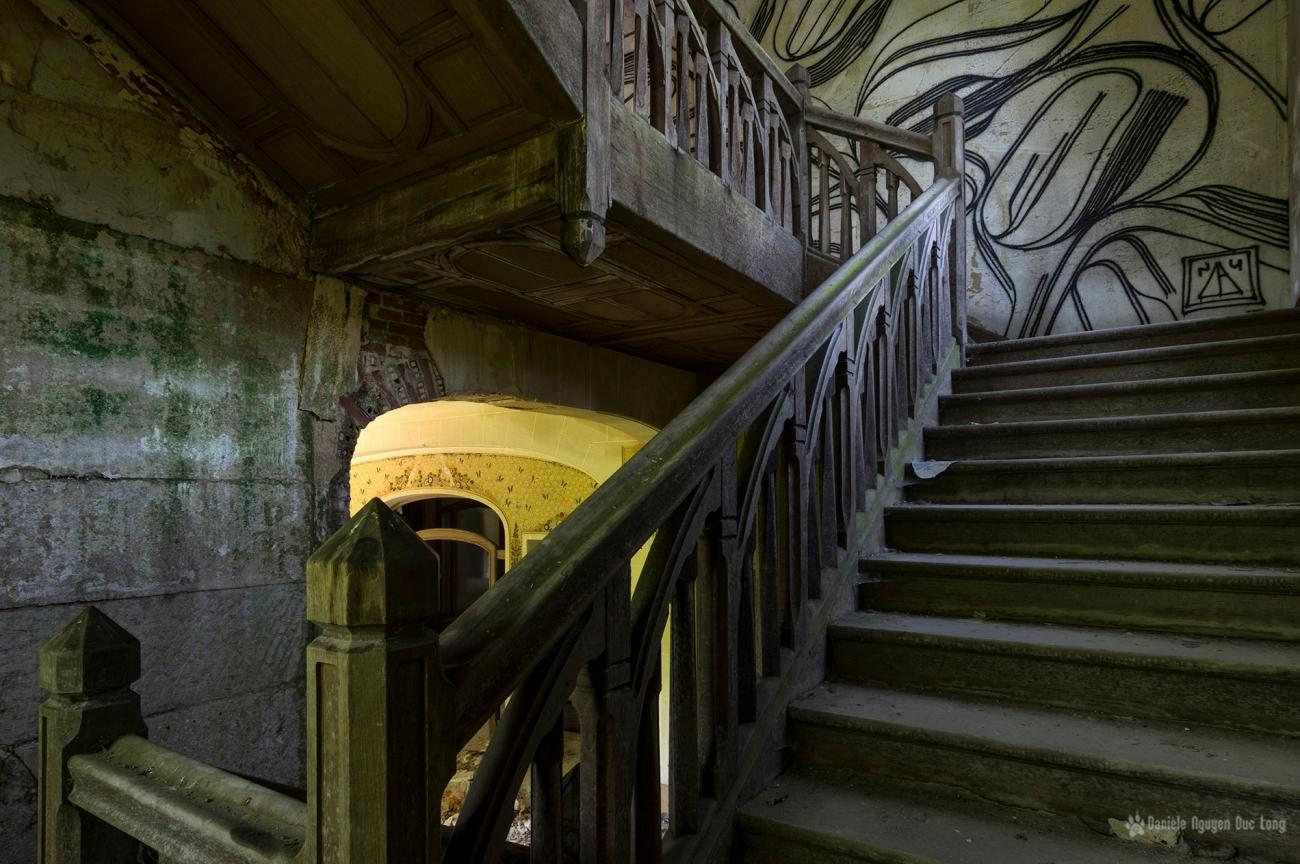 montée escalier bois manoir Colimaçon, Manoir Colimaçon, urbex, exploration urbaine