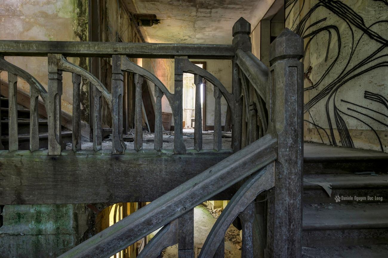 Escalier bois et fen tre en ogive manoir colima on la for Ouvre la fenetre translation