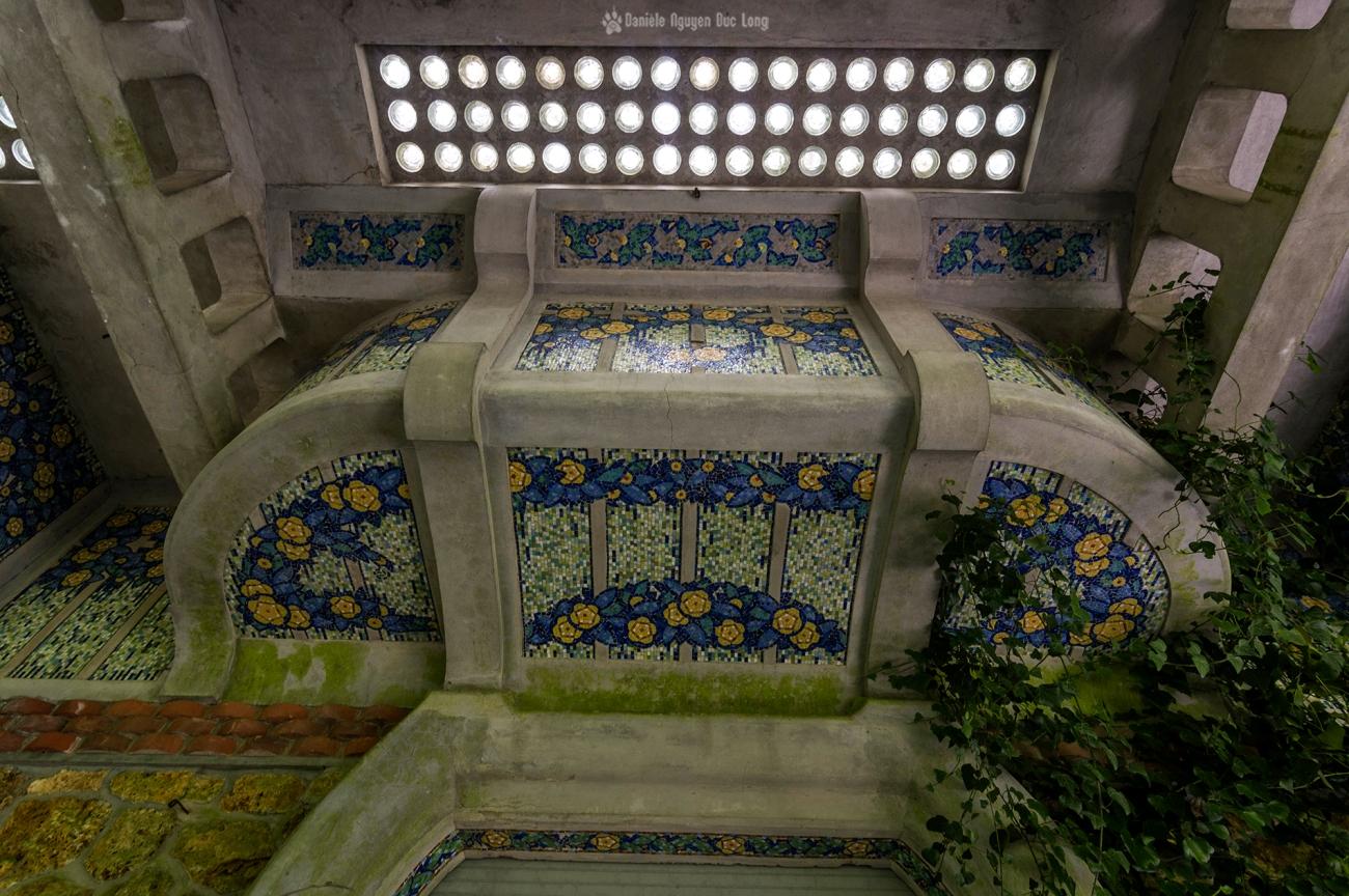 détails mosaïque en façade au manoir Colimaçon, Manoir Colimaçon, urbex, exploration urbaine