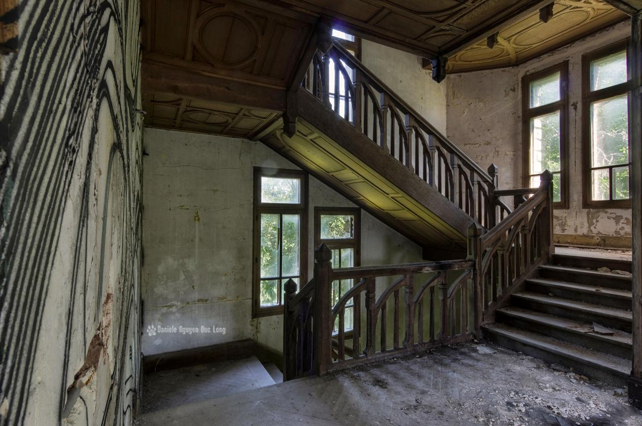 escalier bois et palier manoir colimaçon, urbex, exploration urbaine, manoir colimaçon