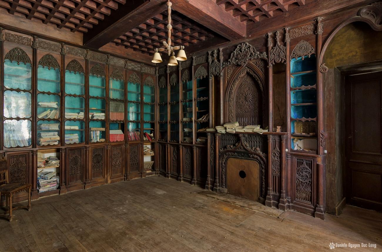 urbex château Stromae bibliothèque boiseries