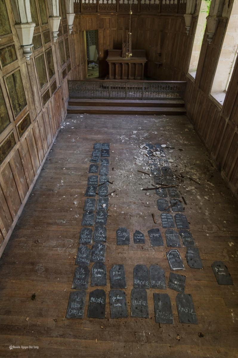 urbex château Stromae chapelle plaques d'ardoise au sol avec mention : Je veux croire.