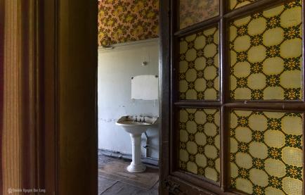 Manoir Stromaé porte entre ouverte salle de bains_ShiftN copie