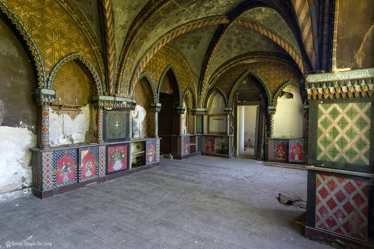 urbex château Stromae pièce boiseries style mauresque