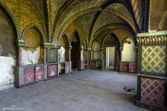 Manoir Stromaé salle boiseries colorées cotés copie