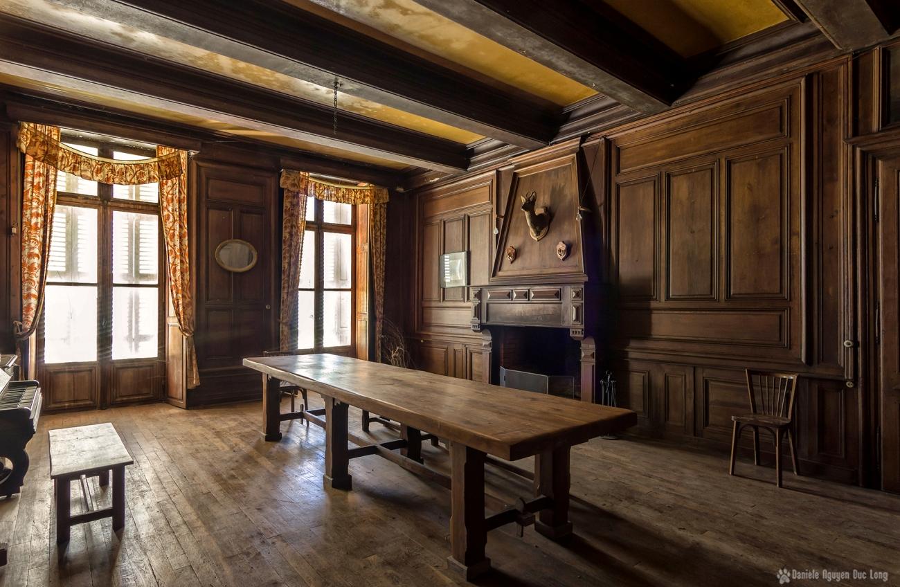 urbex château Stromae salle à manger au piano et cheminée