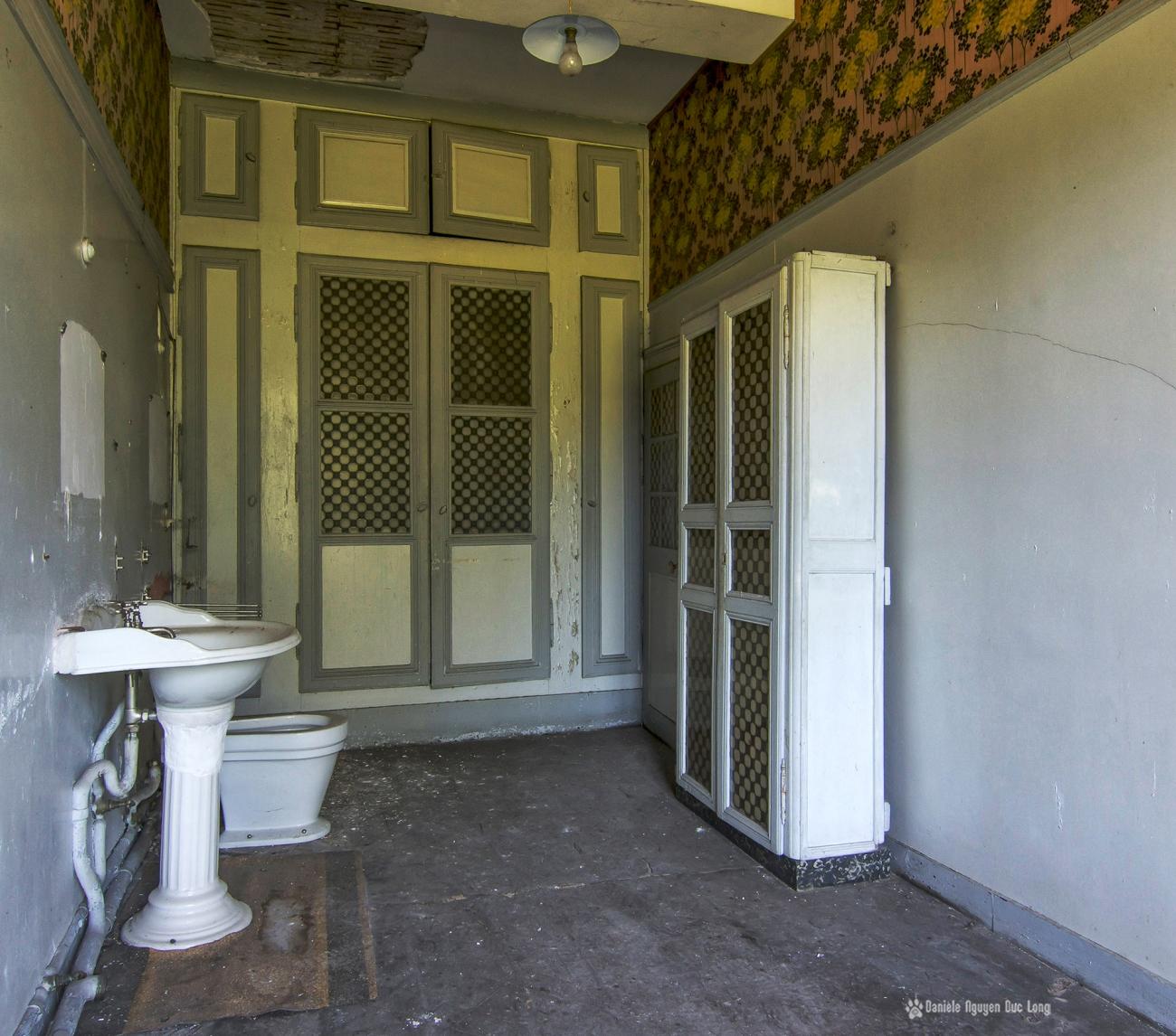 urbex château Stromae salle de bains grise
