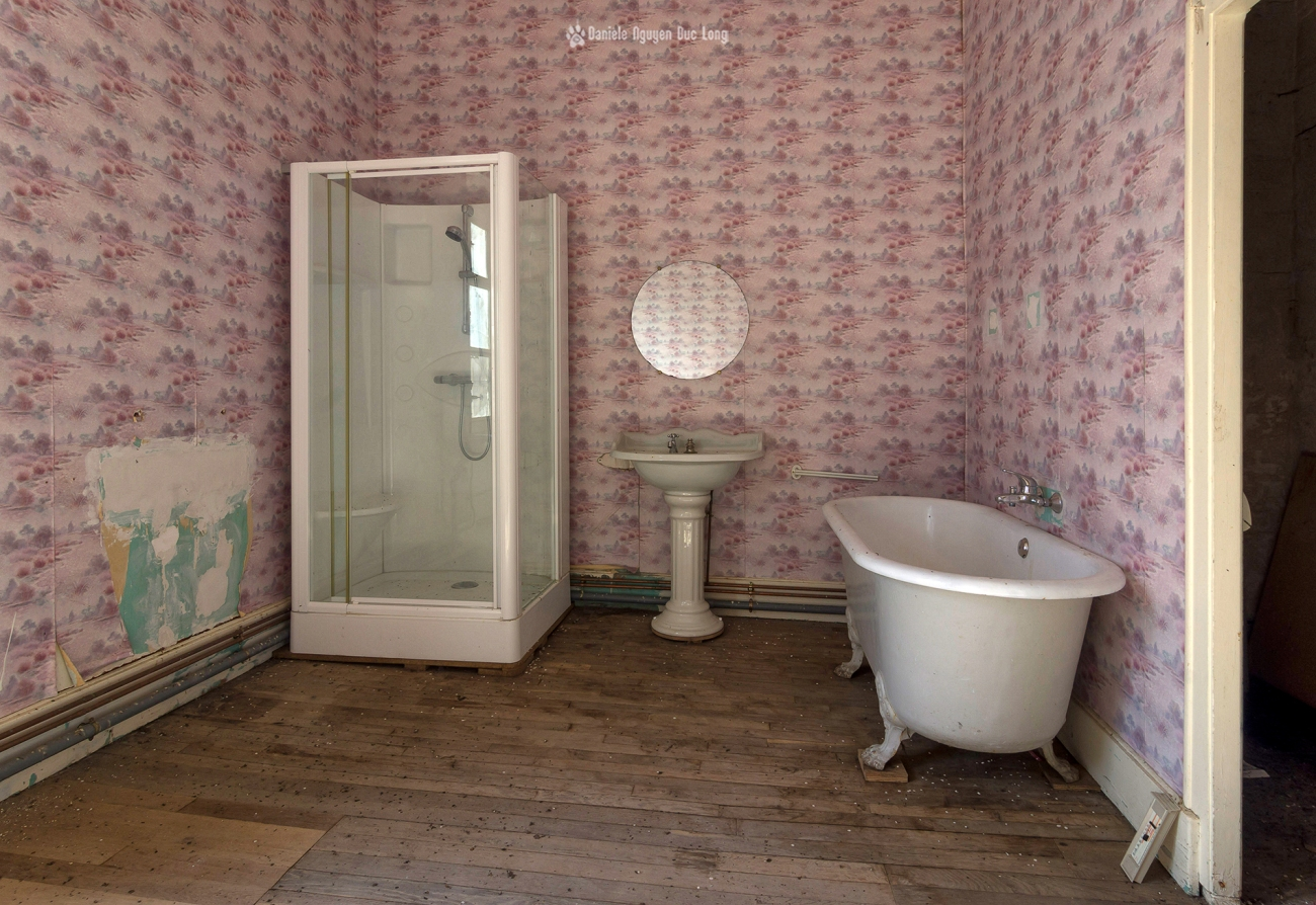 urbex château Stromae salle de bains rose