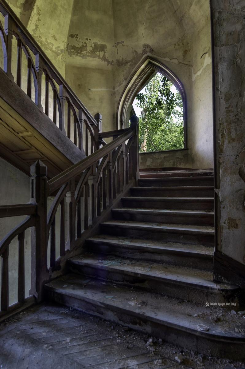 escalier bois et fenêtre en ogive manoir colimaçon, manoir Colimaçon, urbex, exploration urbaine