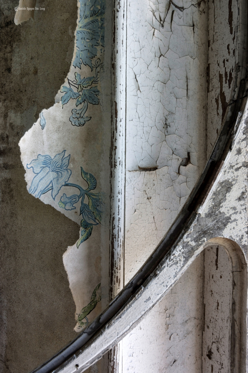 détail papier peint et fenêtre manoir colimaçon, Manoir Colimaçon, urbex, exploration urbaine