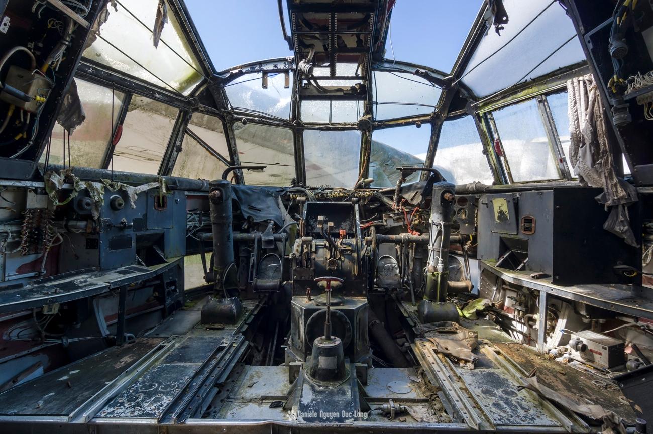 urbex - Top Gun - Planes, cimetière d'avions, cargo, Noratlas, cabine de pilotage