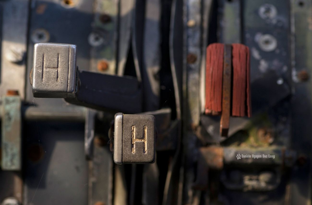urbex - Top Gun - Planes, cimetière d'avions, cargo, Noratlas, détails dans la cabine de pilotage