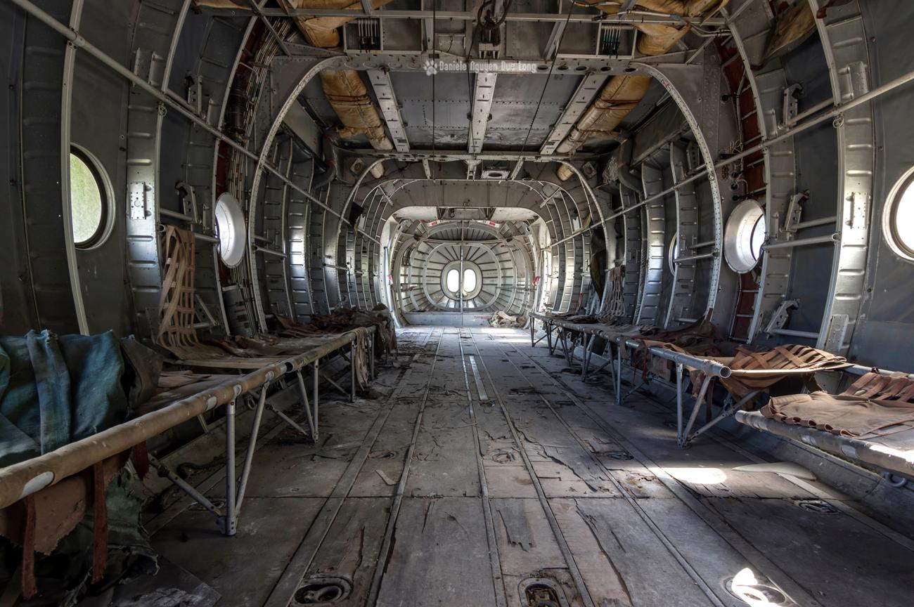 urbex - Top Gun - Planes, cimetière d'avions, cargo, Noratlas, fuselage et assises pour parachutistes sur les côtés