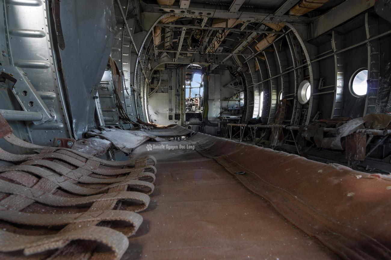 urbex - Top Gun - Planes, cimetière d'avions, cargo, Noratlas, assises pour parachutistes