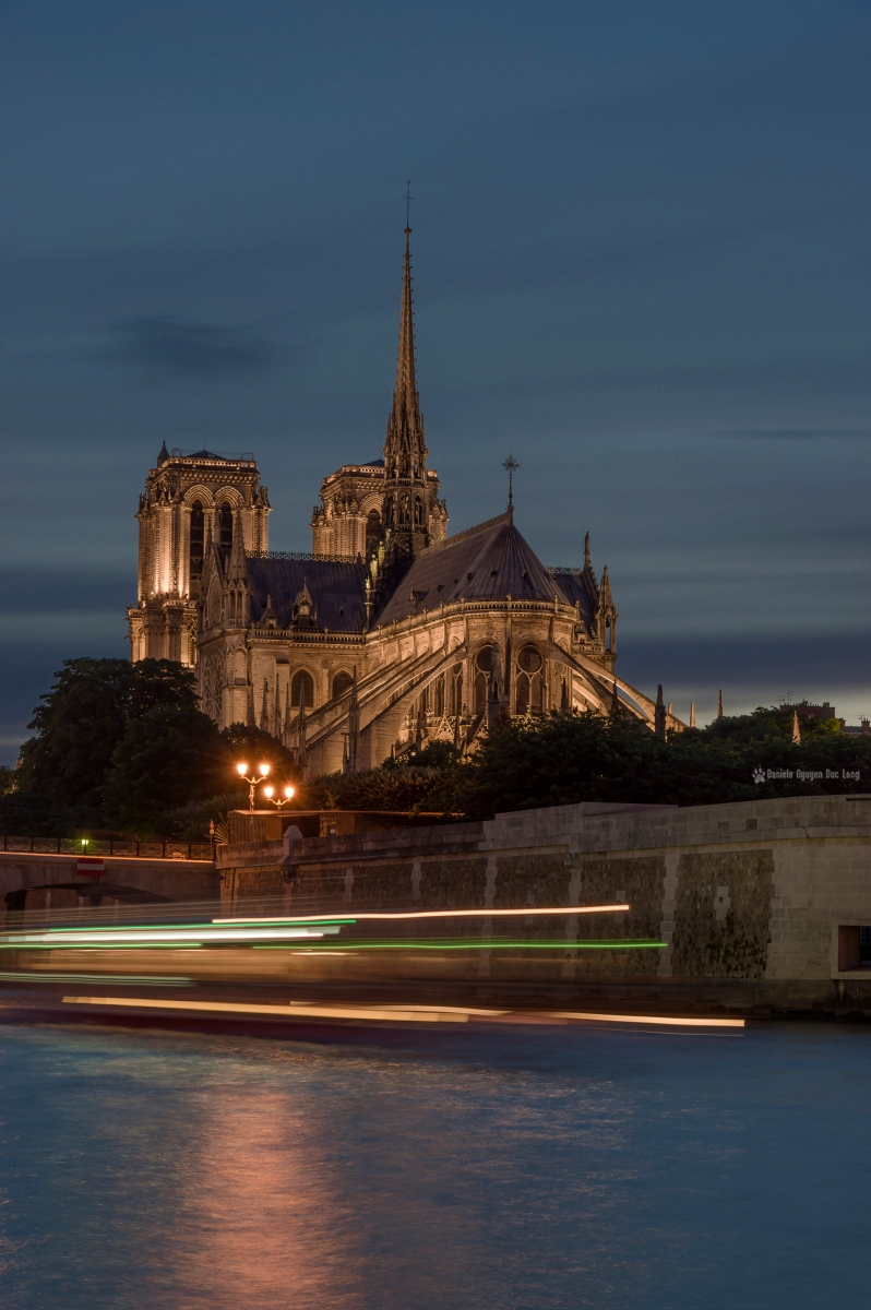 Cathédrale Notre Dame de Paris de nuit, Notre Dame de Paris illuminée, bateau mouche en pose lente au pied de Notre Dame de Paris