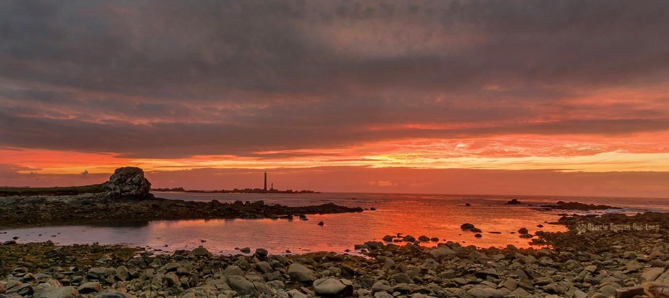 coucher de soleil sur le phare de l'île Vierge, Plouguerneau, Bretagne, Finistère