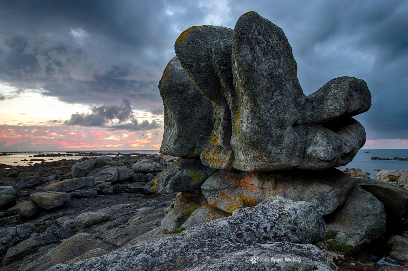 fin du jour sur les roches extraordinaires de l'île aux vaches, terre de légende en pays pagan, finistère, bretagne