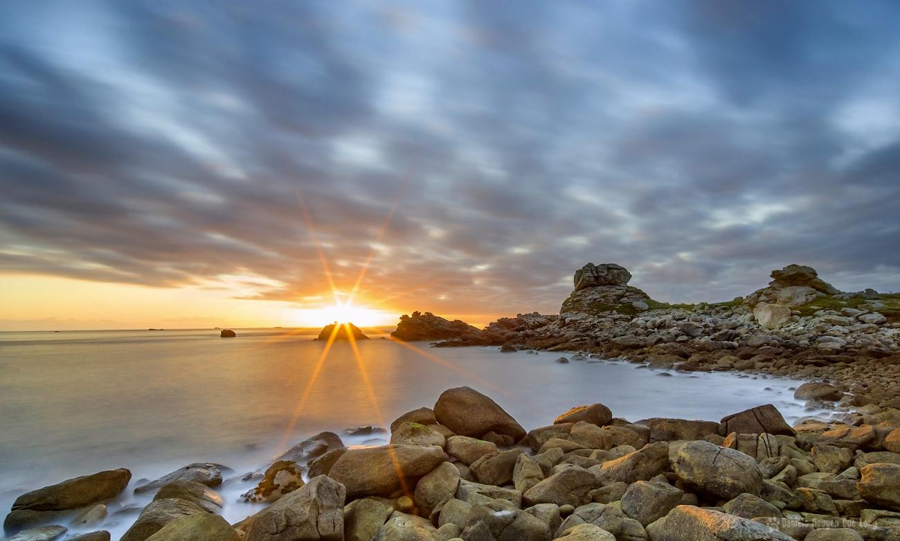 lever de soleil en pose longue sur les rochers de Beg Monon Plouguerneau, Finistère, Bretagne