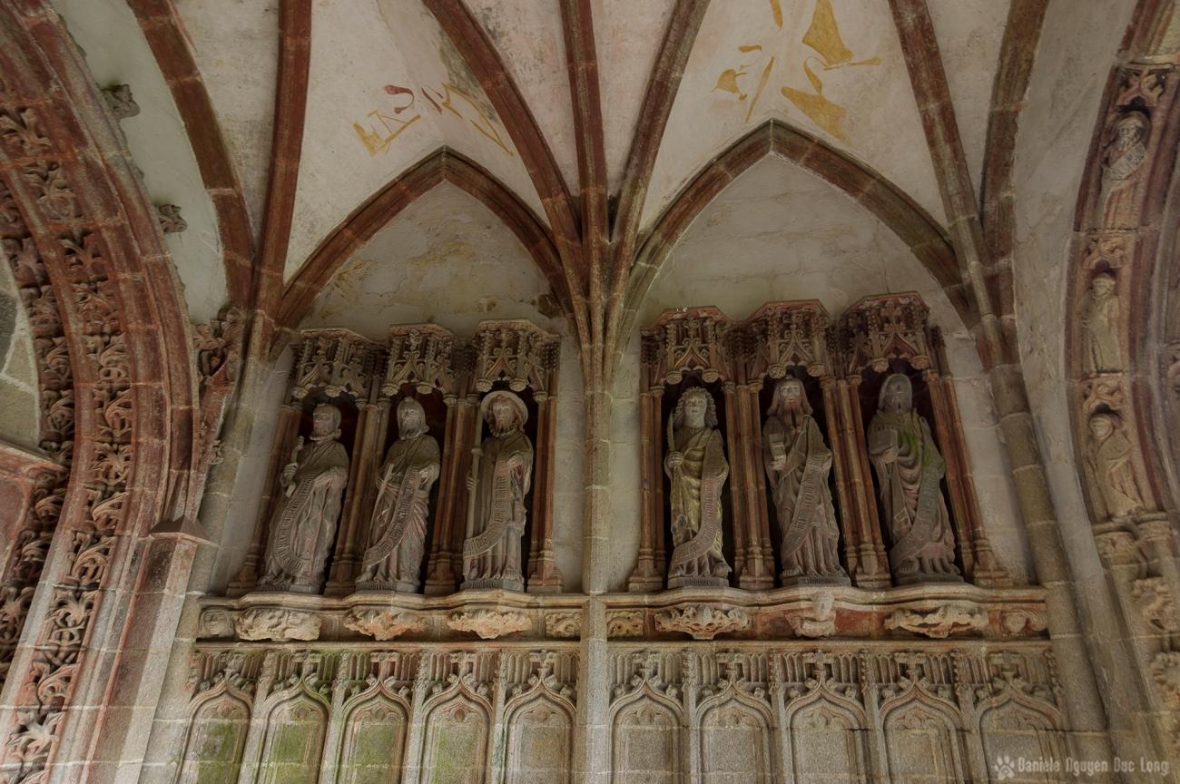 Porche sud: les six statues d'apôtres du côté est