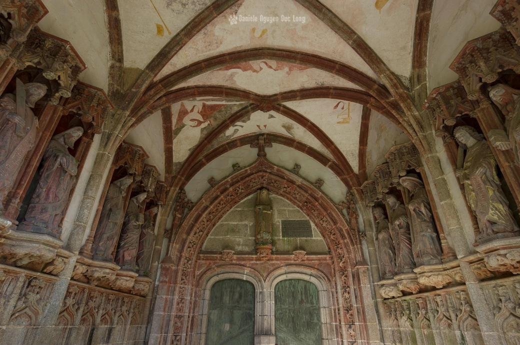 Décor de la porte d'entrée de l'église depuis le porche sud, saint Herbot