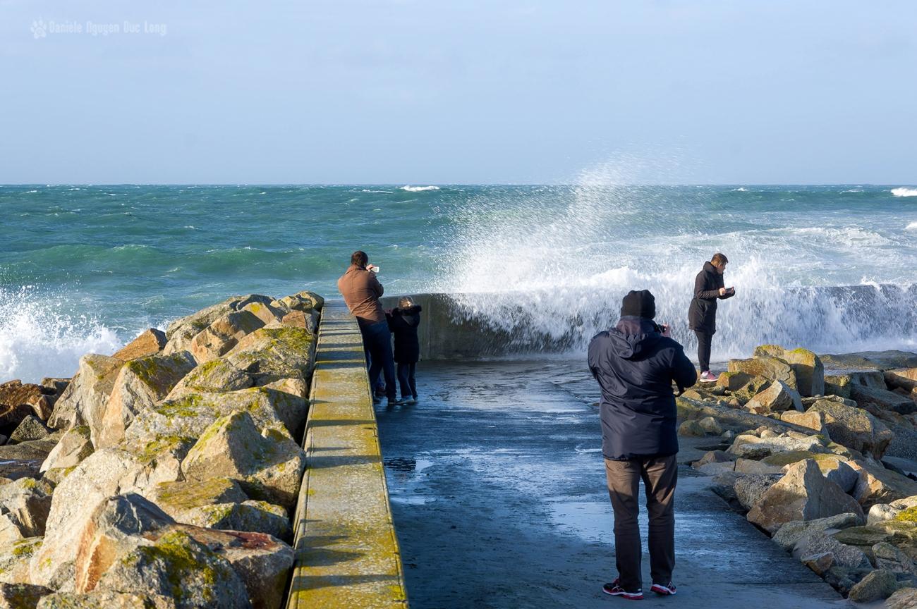 sur la jetée du Curnic à Guissény jour de vagues, Bretagne, Finistère