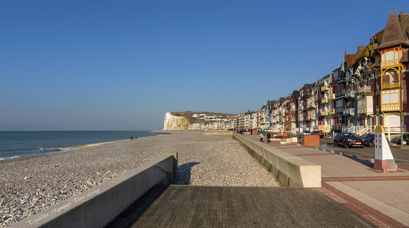 Mers-les-Bains, depuis l'esplanade. Vue sur la plage et les maisons typiques du front de mer, classées site patrimoine remarquable, Picardie, Hauts-de-France