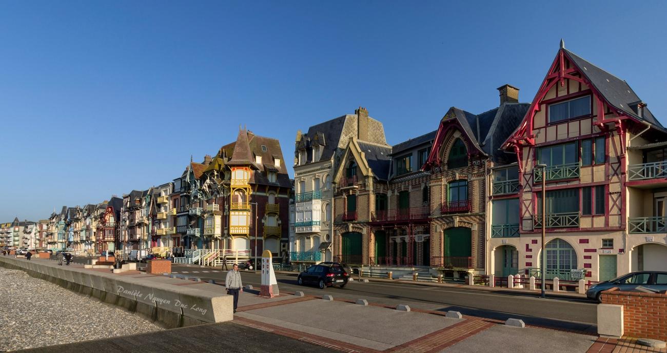 Mers-les-Bains, depuis l'esplanade. Vue les maisons typiques du front de mer, classées site patrimoine remarquable, Picardie, Hauts-de-France