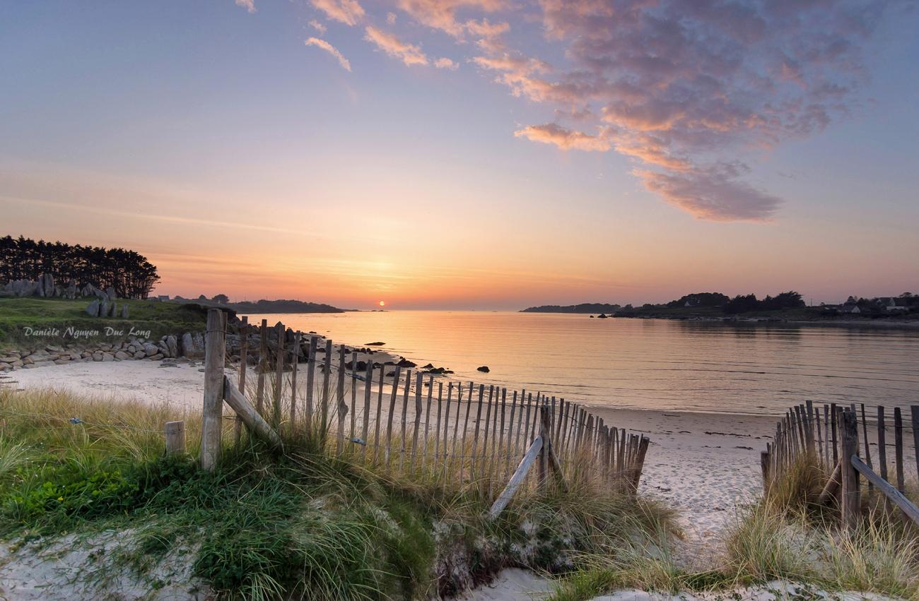 coucher de soleil sur les ganivelles de la baie de Guissény, Bretagne, Finistère