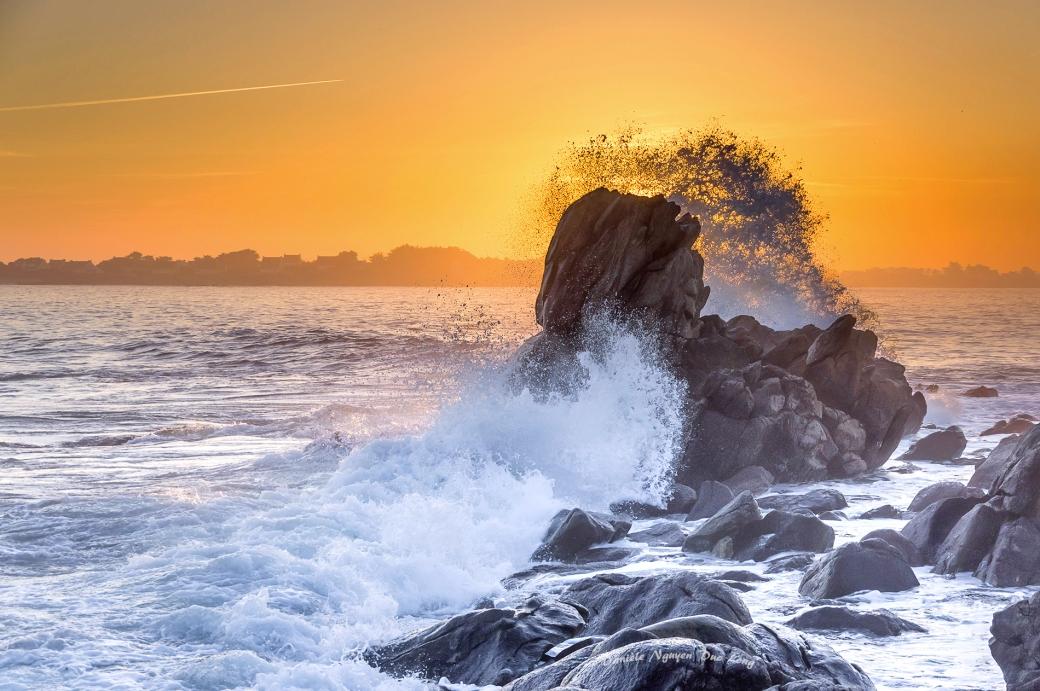 Lever de soleil et vagues sur Enez Croaz Ent - Curnic - Guissény