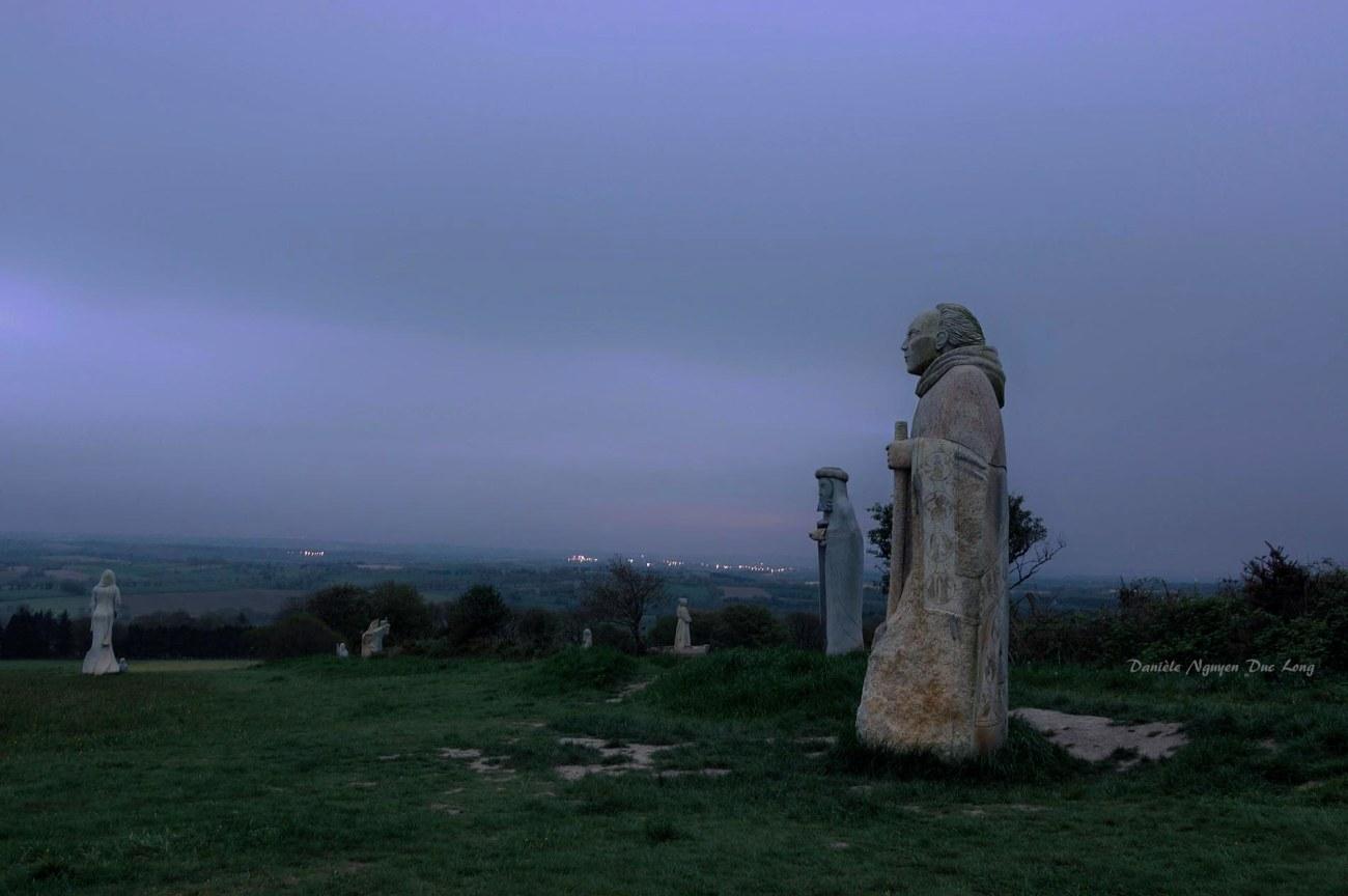La Vallée des Saints à Quénéquillec CARNOËT, Koulman dans la pénombre, au lever du jour.