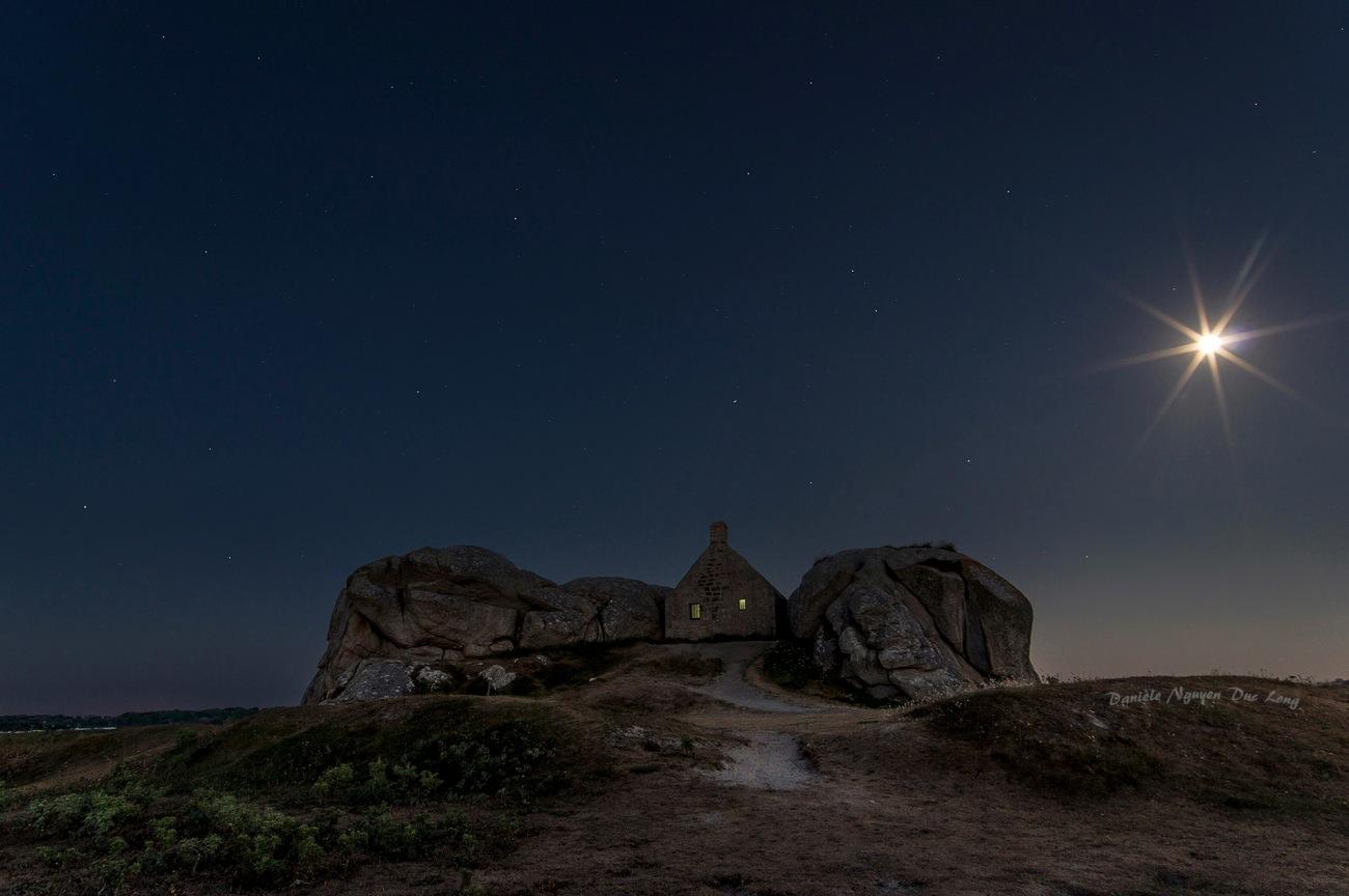 corps de garde de Meneham, Kerlouan, Bretagne, Finistère, photo de nuit