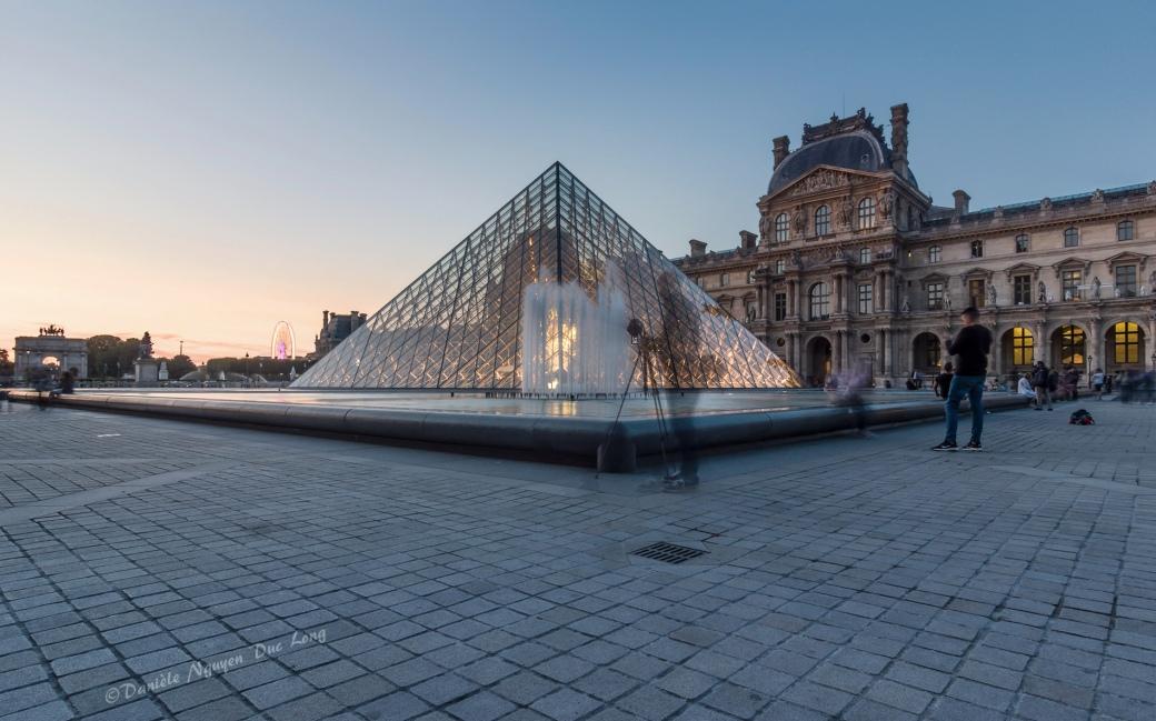 fin du jour Pyramide du Louvre et le photographe fantôme, Paris, Pyramide du Louvre