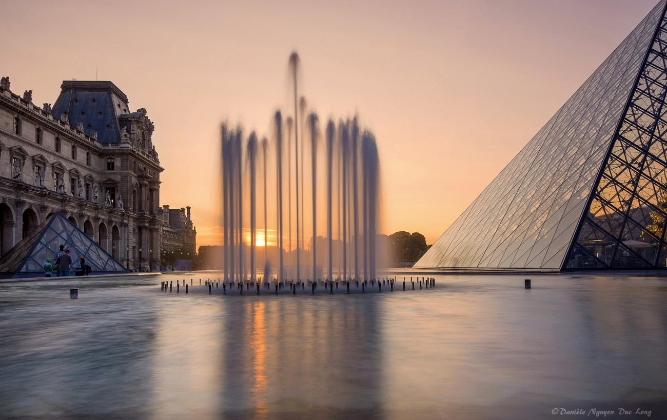coucher de soleil jet d'eau fontaine Pyramide du Louvre,Pyramide du Louvre, Paris,