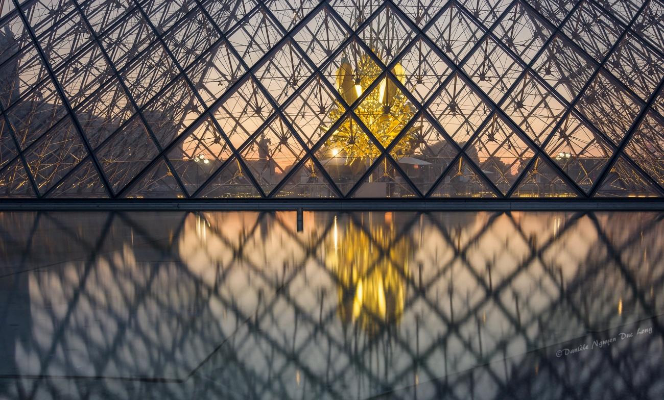 plan serré pyramide du Louvre, sculpture de Kohei Nawa «Throne», au Louvre. Pyramide du Louvre, Paris